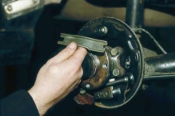 Как заменить передние и задние тормозные колодки на ВАЗ 2110